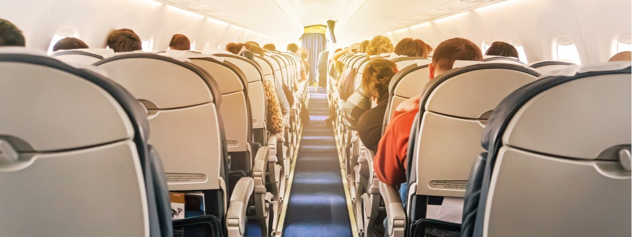 interior de un avión comercial con pasajeros