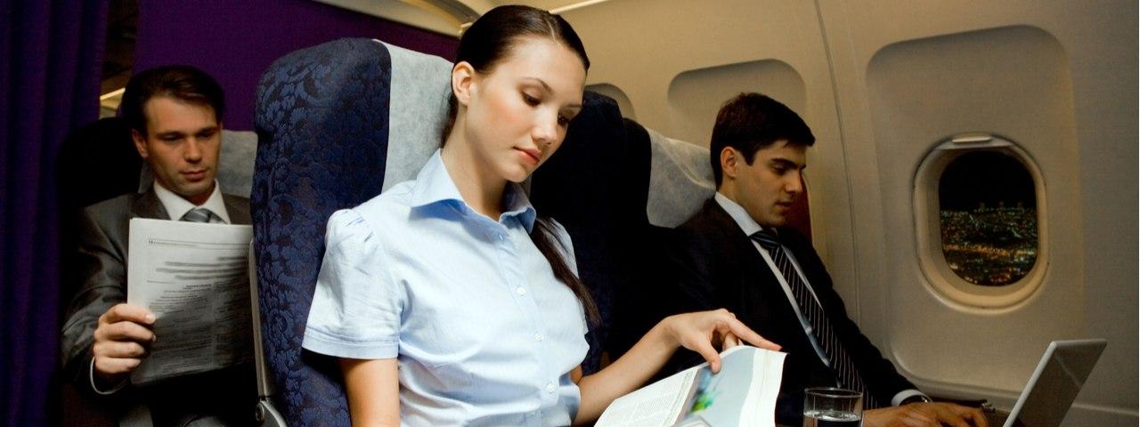tres personas sentadas en un avión.