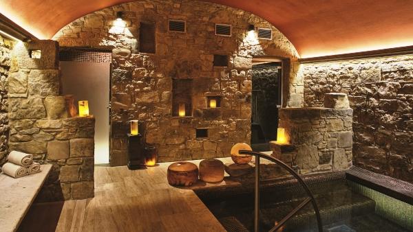 Essere Spa, treatment and jacuzzi room at the Castello di Casole