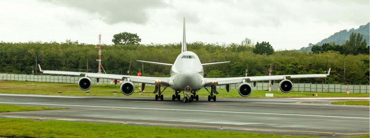 Boeing 747-400 preparándose para despegar en la pista.