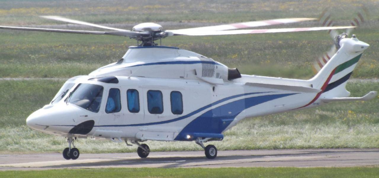 Частный вертолет Augusta Westland AW139 взлетает