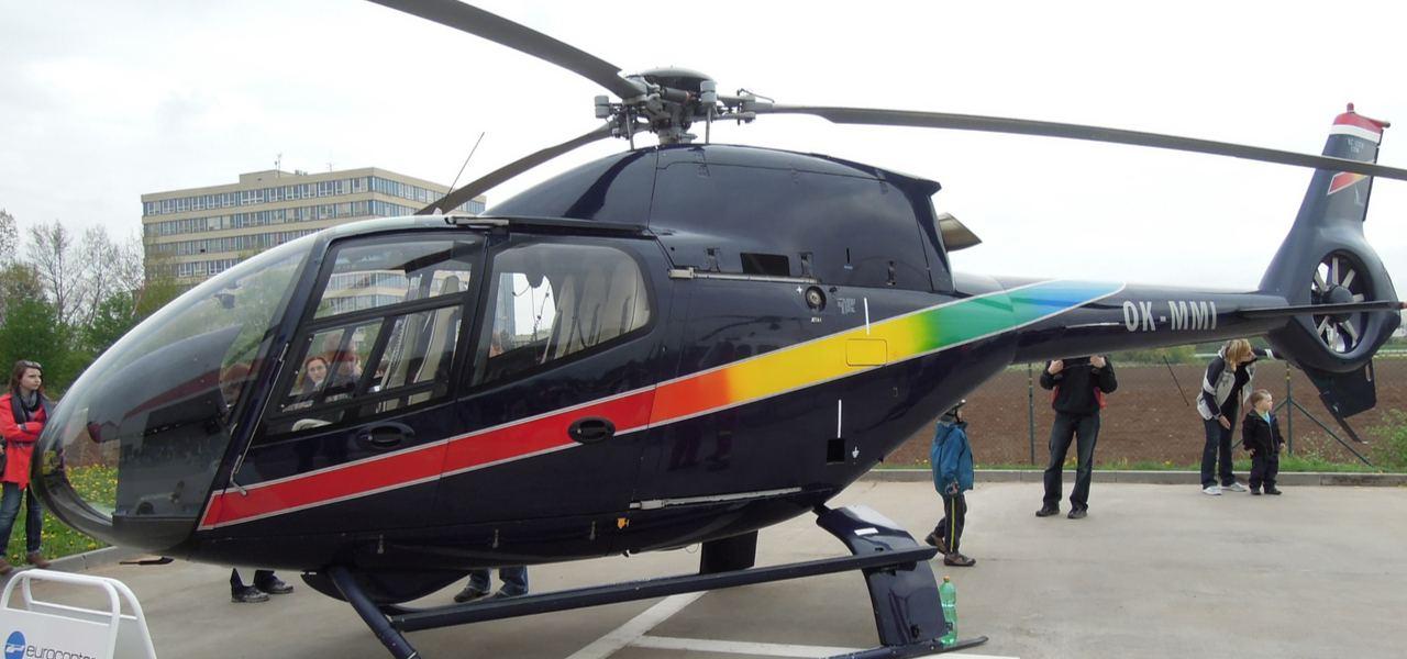 Припаркованный черный Eurocopter 120 Colibri