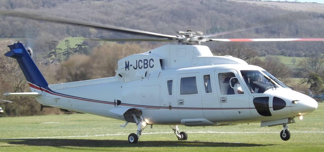 Крупный план вертолета белый Sikorsky S-76, который собирается взлететь