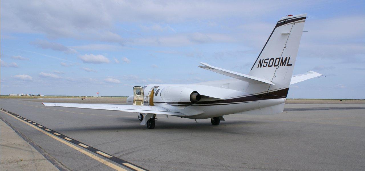 Une citation de Cessna sur la piste d'atterrissage par temps nuageux