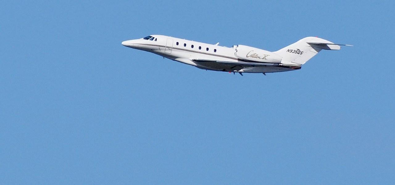 El Cessna Citation X sobre un cielo azul despejado.