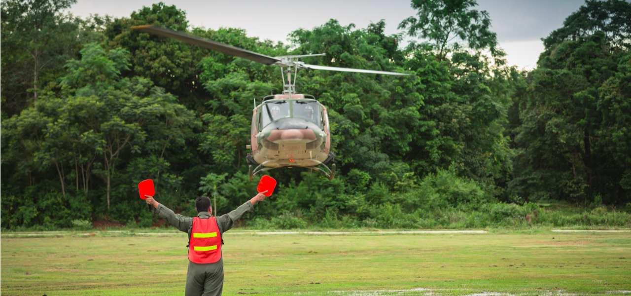 Контроллер воздушного движения сигнализирует вертолету во время приземления