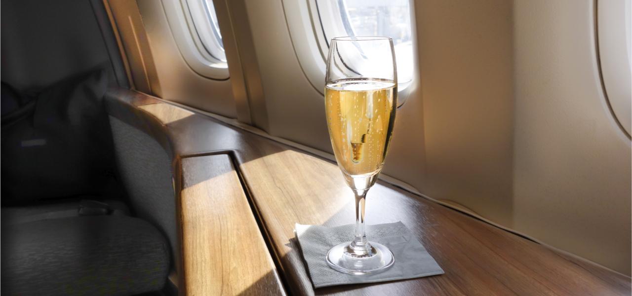 coupe de champagne dans un jet privé