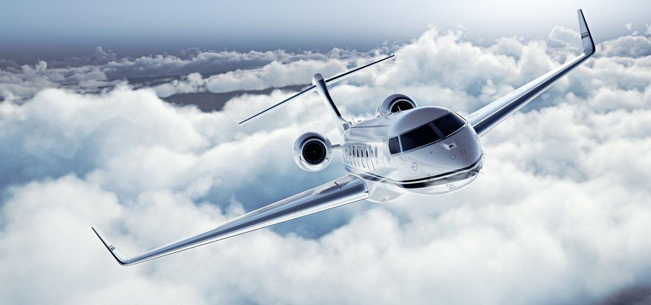 Jet privado moderno volando sobre las nubes