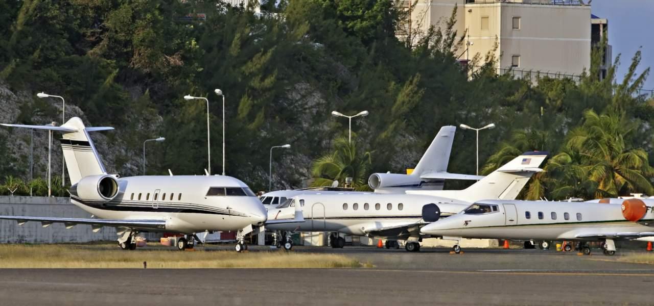 Jets de negocios privados estacionados en la rampa de despegue
