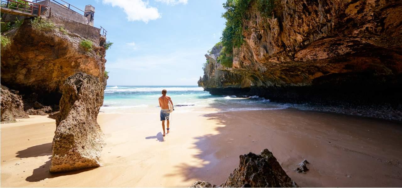 Сёрфер на пляже Улувату