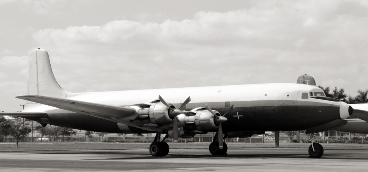 Un avion de ligne des années 50 au sol en noir et blanc